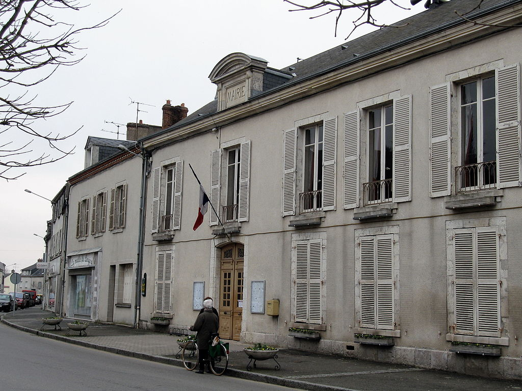 1024px-artenay_mairie_1